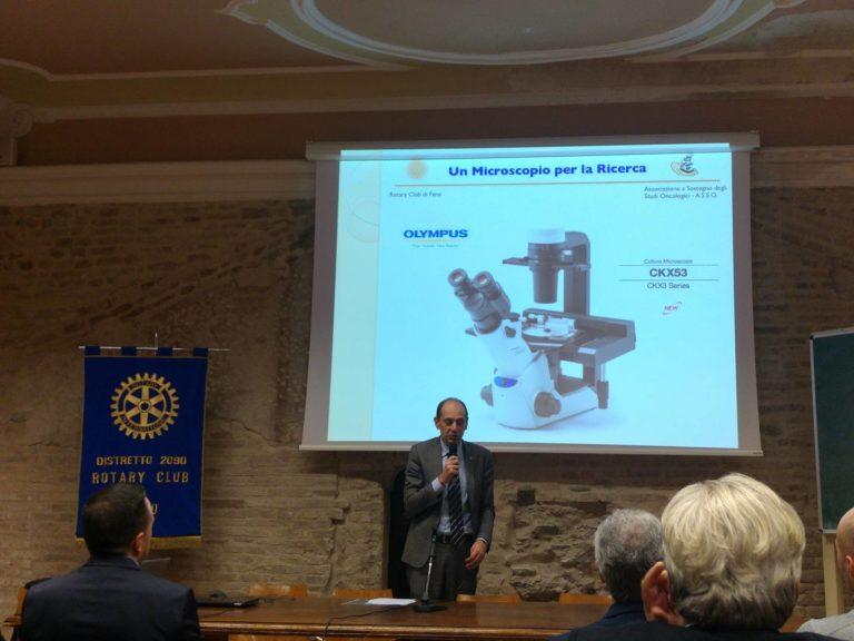 """Donazione di un microscopio ottico alla Facoltà di Biotecnologie in memoria di Agostino """"Nino"""" De Benedittis"""